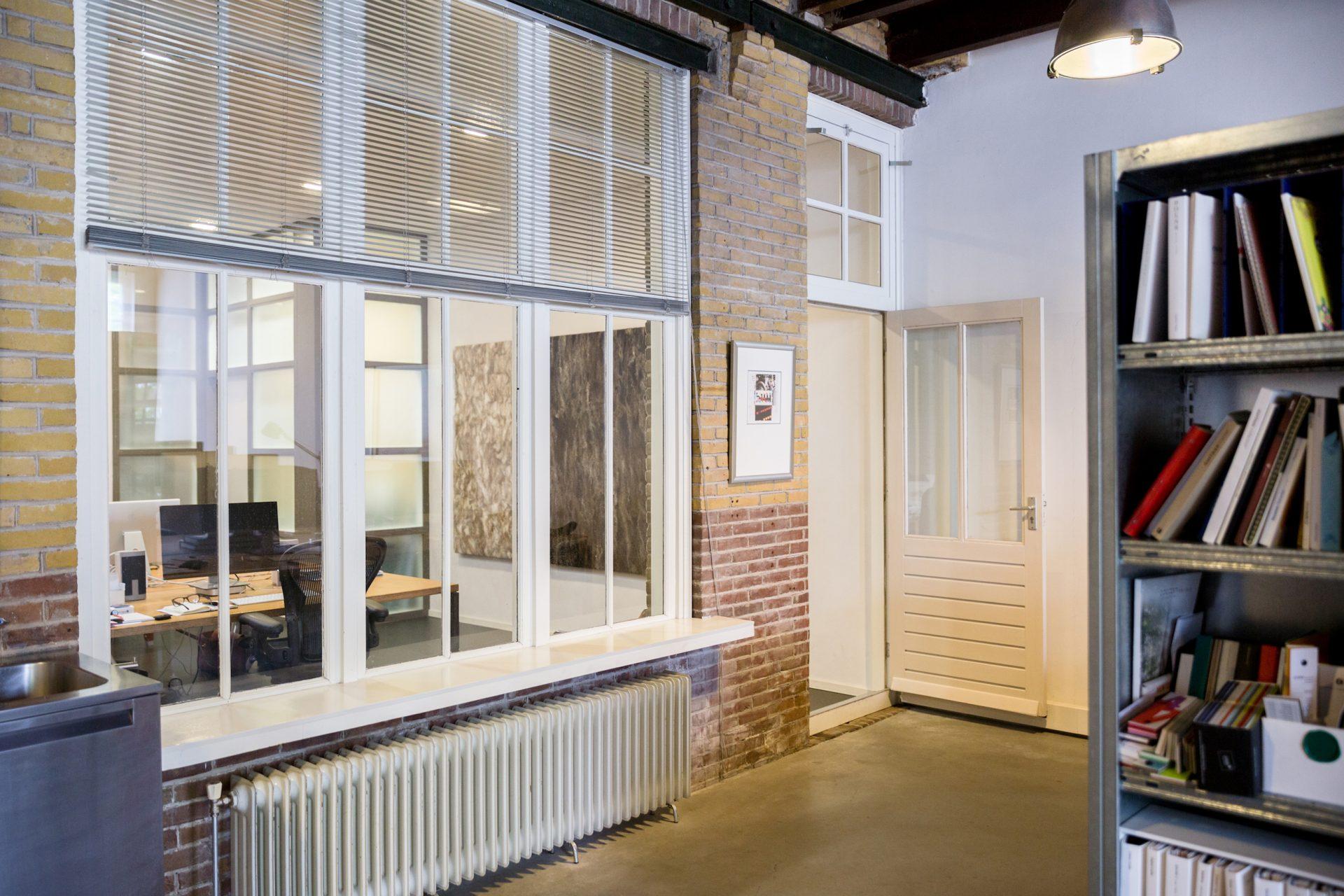Akoestische wandpanelen zijn mooi om te zien en dempen het geluid, ook in een kantooromgeving.