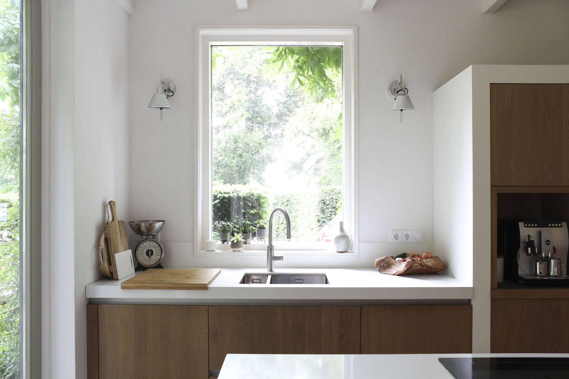 Maatwerk keuken Interieurontwerp met rechts een nis met koffiezetapparaat en links een spoelbak.