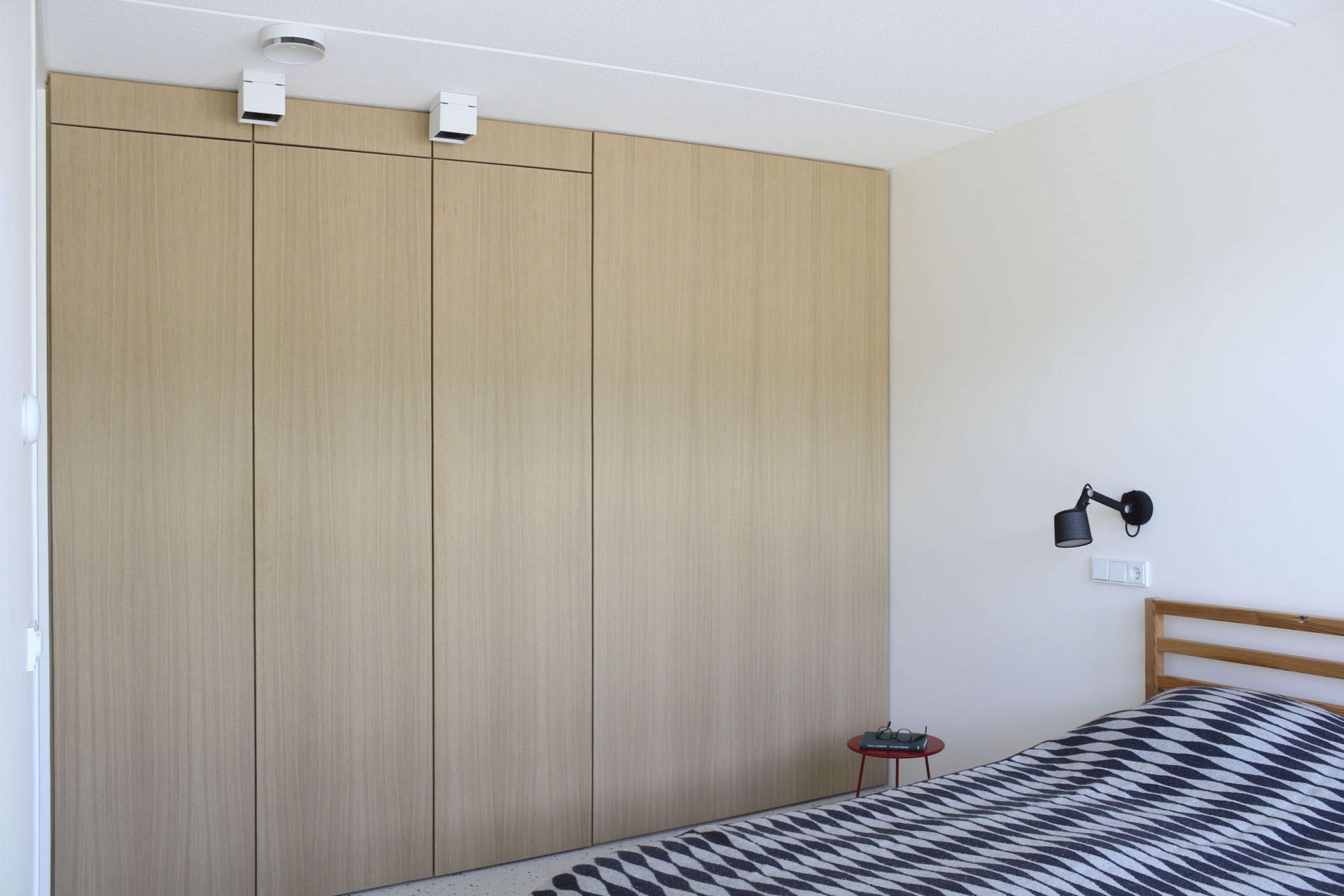 Plafond hoge eikenhouten maatwerkkasten maken de binnenhuisarchitectuur tot een geheel.