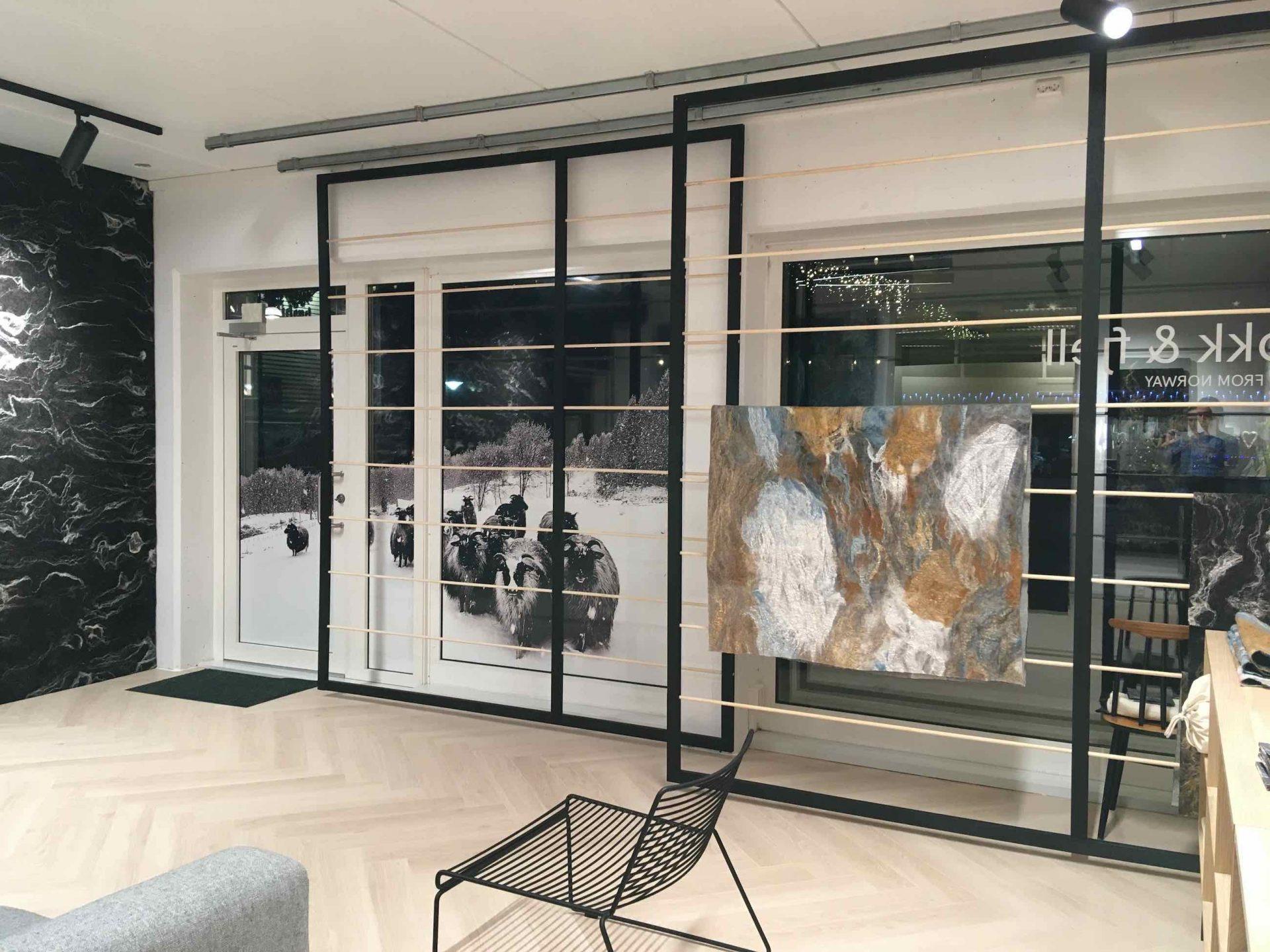 De etalage en het exterieur maken ook onderdeel uit van de projectinrichting. Hiervoor is een stellage ontworpen die zorgt voor een zachte overgang tussen binnen en buiten.