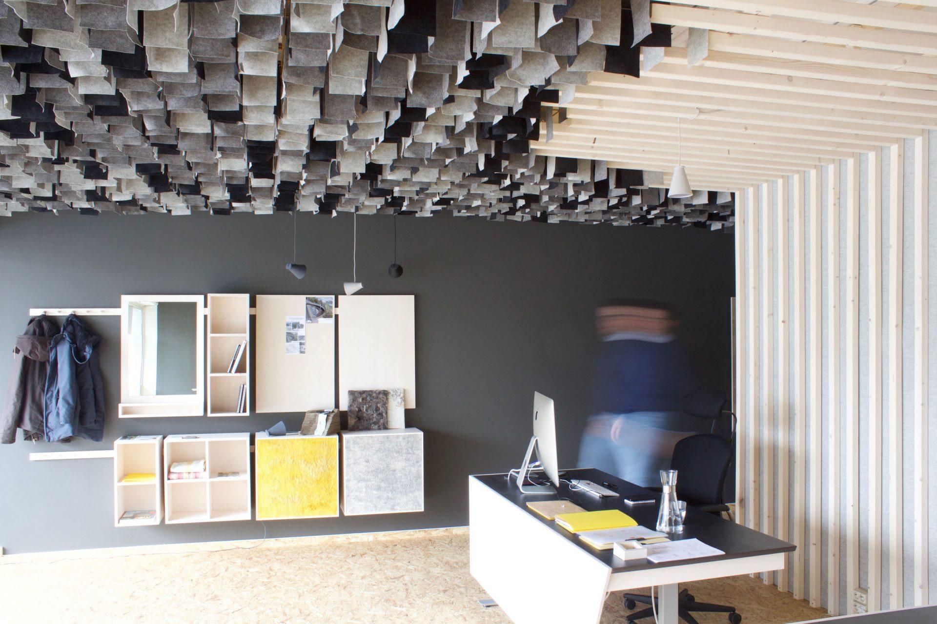 Interieurontwerp van kantoor en studio met maatwerk kastenwand en wand en plafondframe.