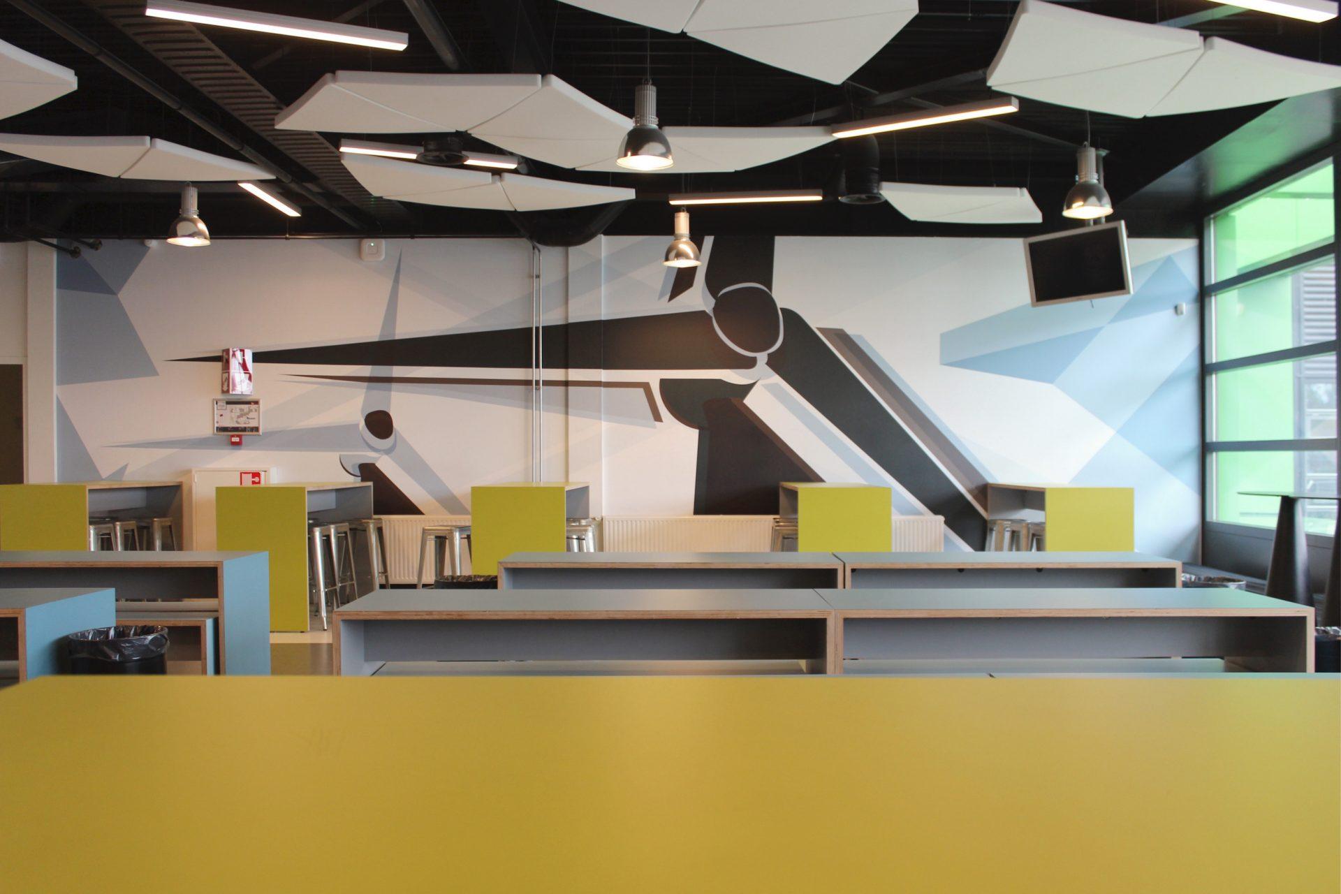 Overzicht van de projectinrichting van de ROC Friese Poort met decoratieve print, figuratief plafond.