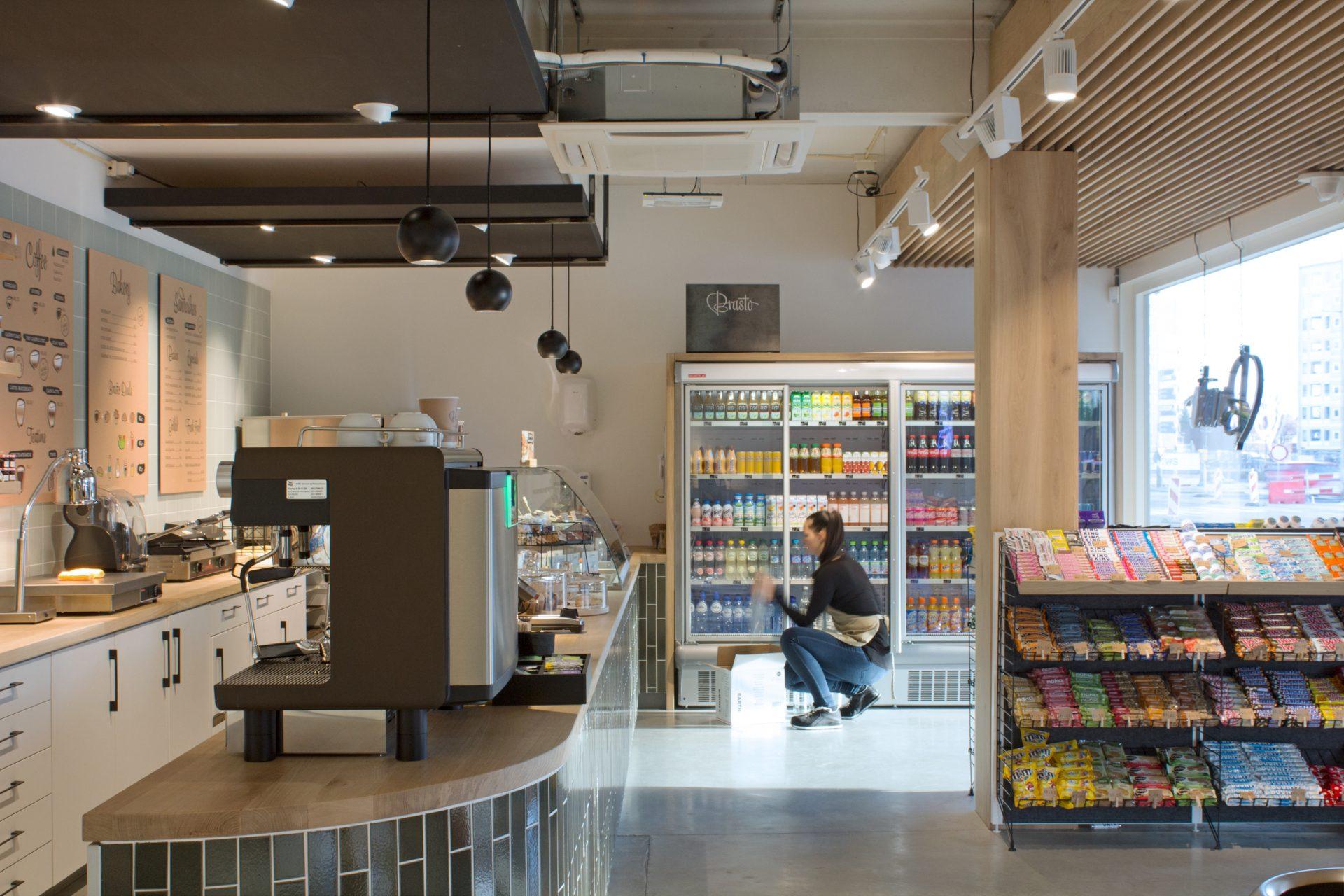 Interieurontwerp voor retailconcept Brasto: stellingen en koelen en maatwerk toonbank en plafondbekleding maken onderdeel uit de retailprojectinrichting.