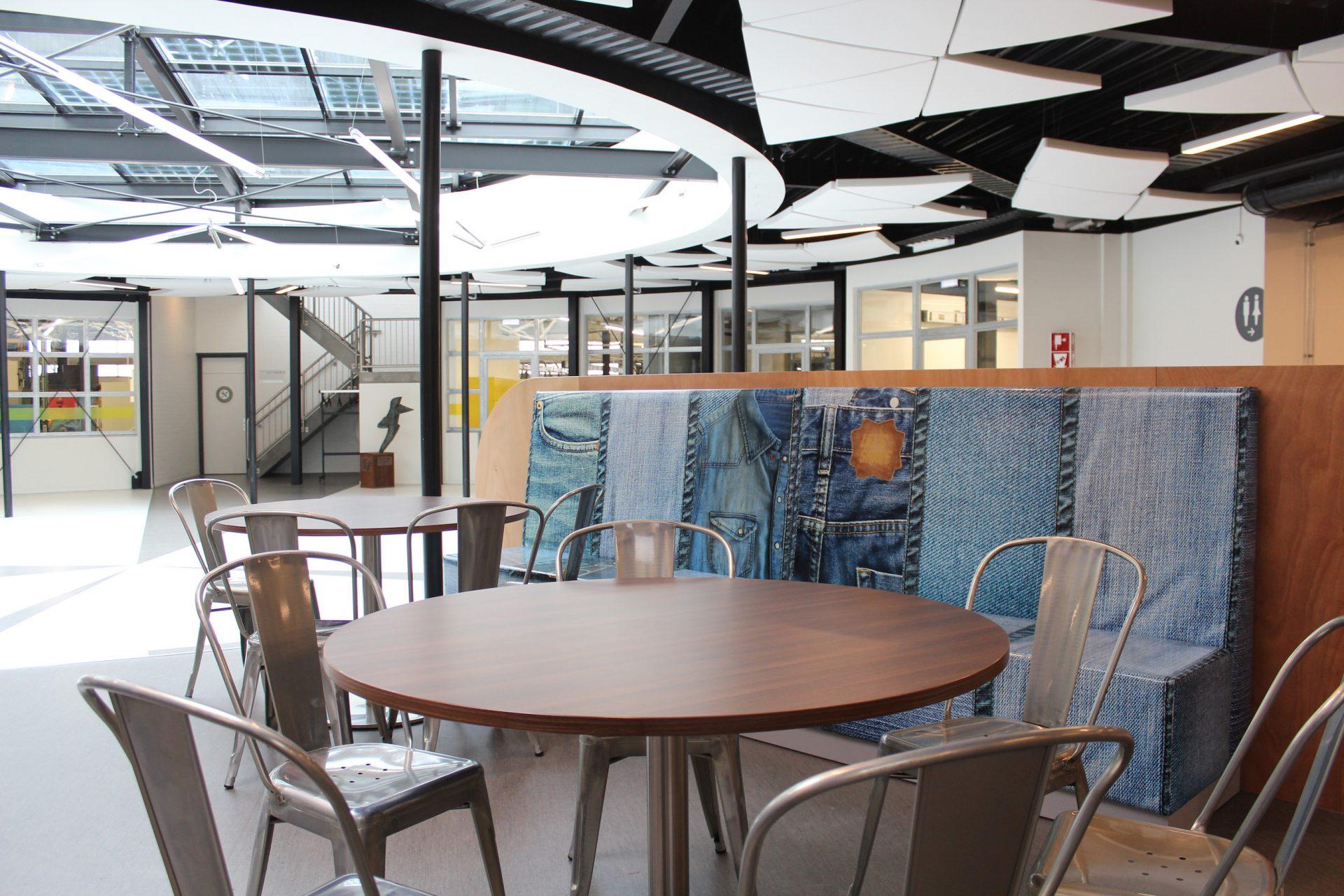 Ontwerp hufterproof treinbank met stoere opvallende jeansprint voor ROC Friese Poort.