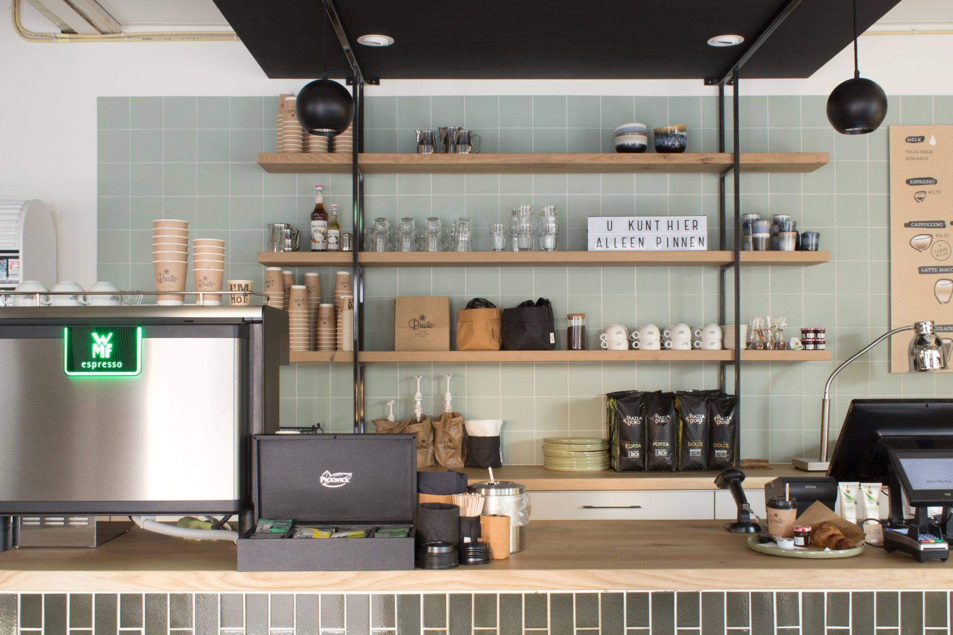 Maatwerk bar in retailconcept. Op de achterwand een stellingkast.  Dit is onderdeel van de projectinrichting.